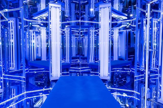 Blu Room - Protégez vous du monde extérieur et enveloppez vous dans une atmosphère de douce lumière ultraviolette