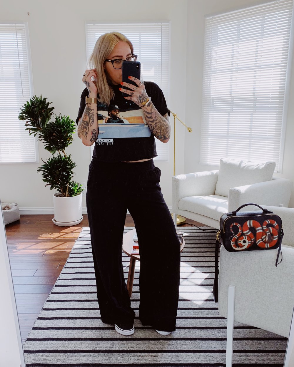 Look repos - This has became my go-to outfit for days off, Sunday brunch or lazy mornings! So easy, so comfy and super cute!I've been a big fan of wide leg pants lately and they look amazing paired with a baggy cropped top and sneakers. If you follow me, you also know that I'm the queen of graphic tees! I can't get away from them haha. I wear some of them oversized, some tied in a knot, and many times, I bring the scissors and crop them as soon as I get home. So many options to dress 'em up or down!Click here to shop pants.Click here to shop graphic tee.
