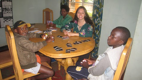 Andrea plays Uno with John and Egide.