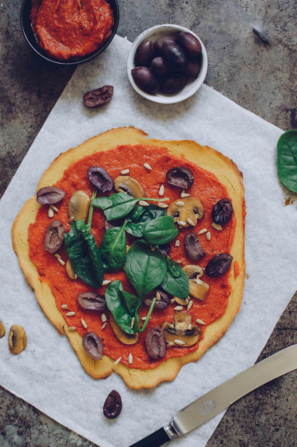 Socca披萨与3d太湖字谜总汇蔓延和塔希尼蘑菇|北欧厨房
