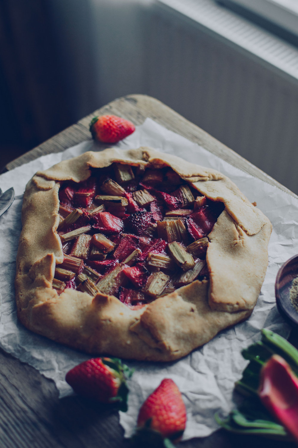 Vegan & glutenfree Strawberry & rhubarb galette | The Nordic Kitchen