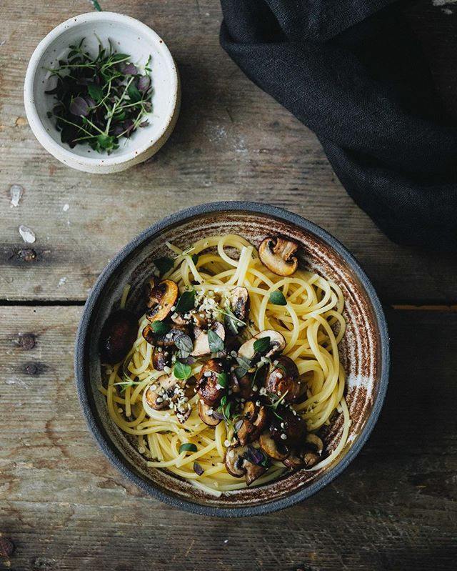 Spaghetti with lentils and mushrooms 👌🏼 one of our favorite weekday dinners. Usually served with lots of black pepper and fresh thyme 😋 . . Hope you've had a wonderful Tuesday, and in case you want to make it even better by having dessert tonight, the recipe for my Swedish chocolate cake is up on the blog 🍫 Link in bio! . . . . . . #nordiclife #feedfeedvegan #moodyfoodie #plantbasedvegan #veganpasta #plantbasedpasta #veganpastasauce #thenordickitchen #nordicfood #thatsdarling #moodyfood #moodyfoodphotography #foodphotographer #pastalovers #pastarecipe #eatmoreplants #wholefoodplantbased