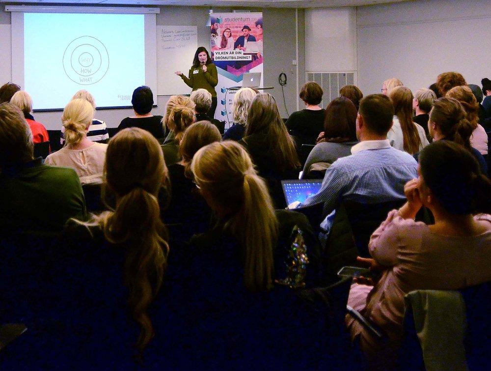 Föreläsning med SYVMikaela Aare - Studie- och yrkesvägledaren Mikaela Aare arbetar som SYV på Studentum.se och driver egna företaget Vägledningsverkstan. Mikaela berättade om sin resa genom yrkeslivet och hur hon hamnade där hon är idag, som entreprenör med vägledning på nätet!