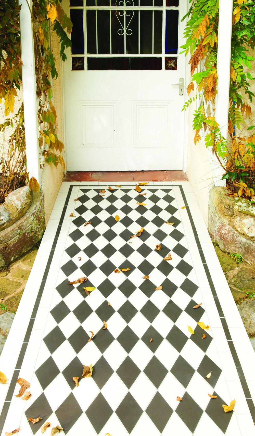 St Andrews Pattern Border Black Dover White