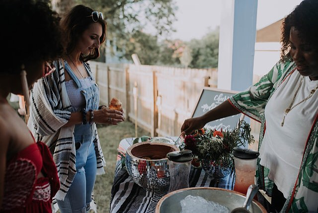 Tonight we'll be dreaming about this @thenashgals get together and how great the blankets looked as tablecloths for their Boho dinner 😍.