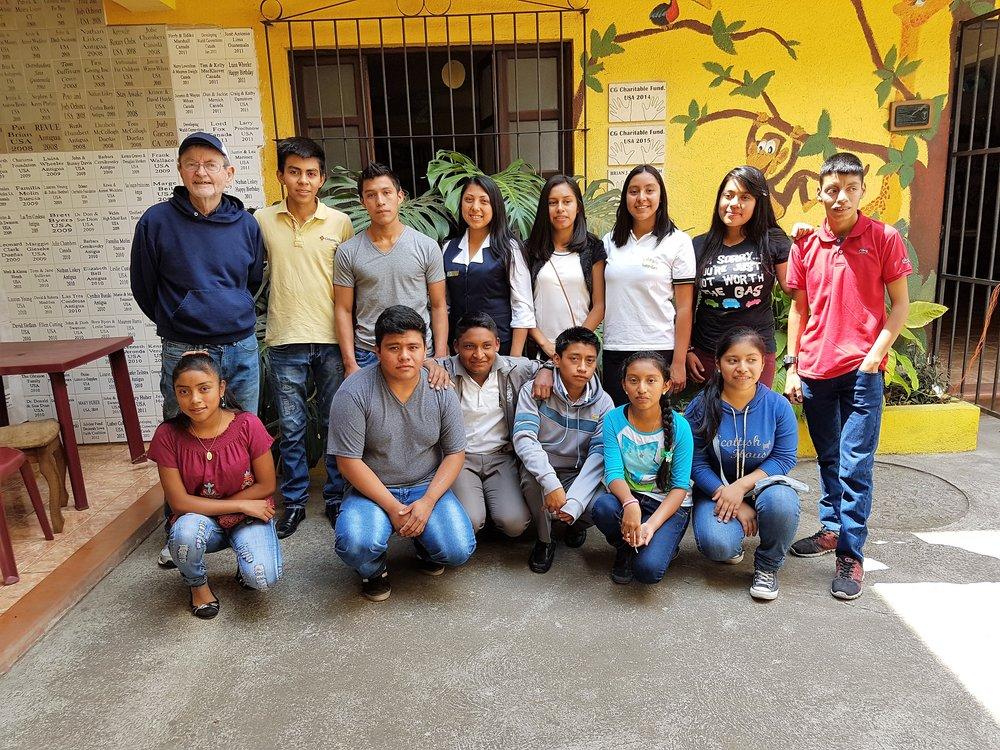 Algunos de los estudiantes recibiendo becas de Ventanas Abiertas para asistir a la escuela media y la escuela secundaria.