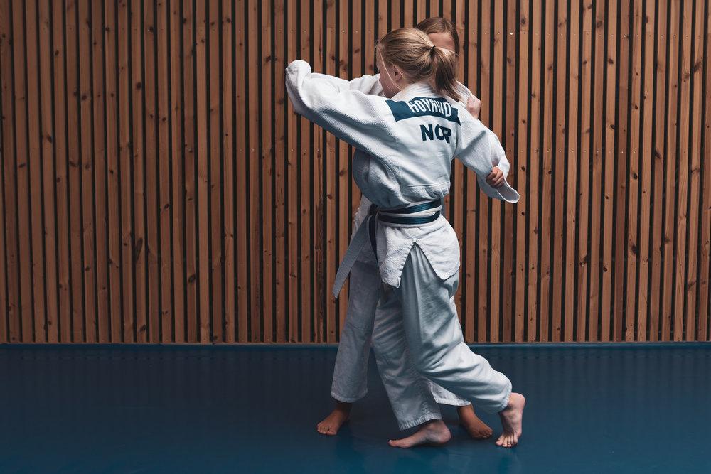 Hvorfor judo? - Judo gir deg en unik måte å trene opp balanse, koordinasjon, musklatur og fleksibilitet. judo har bevegelser som er skånsome med tanke påslitasje og har stort fokus på fallteknikk for å unngå skader. Egenskaper fra judo vil gi en glede for resten av livet.