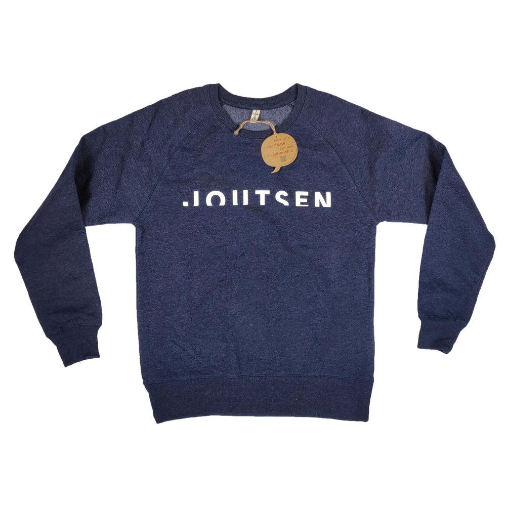 Joutsenen paidoiksi valittiin 100% kierrätysmateriaaleista valmistetut paidat. Paidan väriksi valittiin Melange Navy, joka sopii Joutsenen brändiväreihin. Ekologiset arvot kierrätyspaidoissa ovat tärkeitä Joutsenen brändille.  Swetarin painatus toteutettiin 3D-printtinä silkkipainettuna. 3D antaa todella vaikuttavan erikoistehosteen logolle.