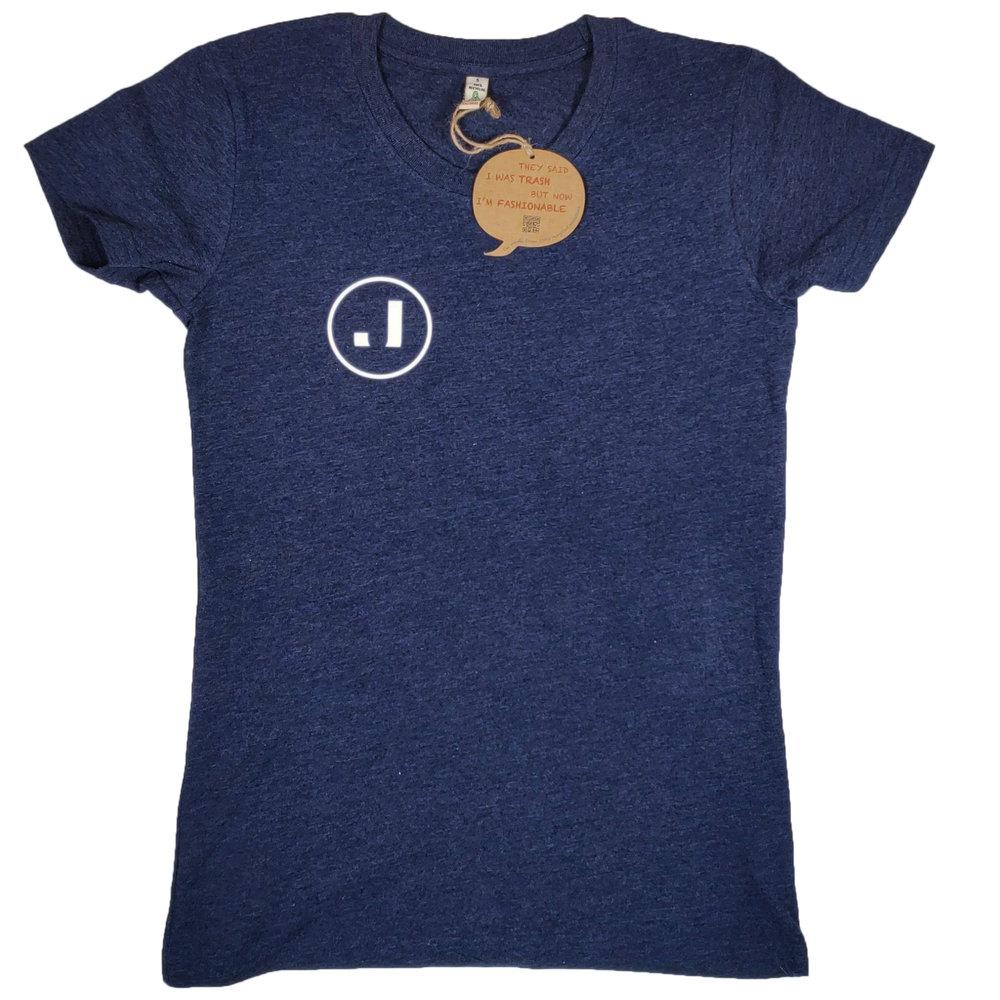 Joutsenen paidoiksi valittiin 100% kierrätysmateriaaleista valmistetut paidat. Paidan väriksi valittiin Melange Navy, joka sopii Joutsenen brändiväreihin. Ekologiset arvot kierrätyspaidoissa ovat tärkeitä Joutsenen brändille.  Naisten T-paidan painatus toteutettiin perinteisellä silkkipainolla. Naisten paitaan eteen painettiin Joutsenen yksinkertainen J-logo.