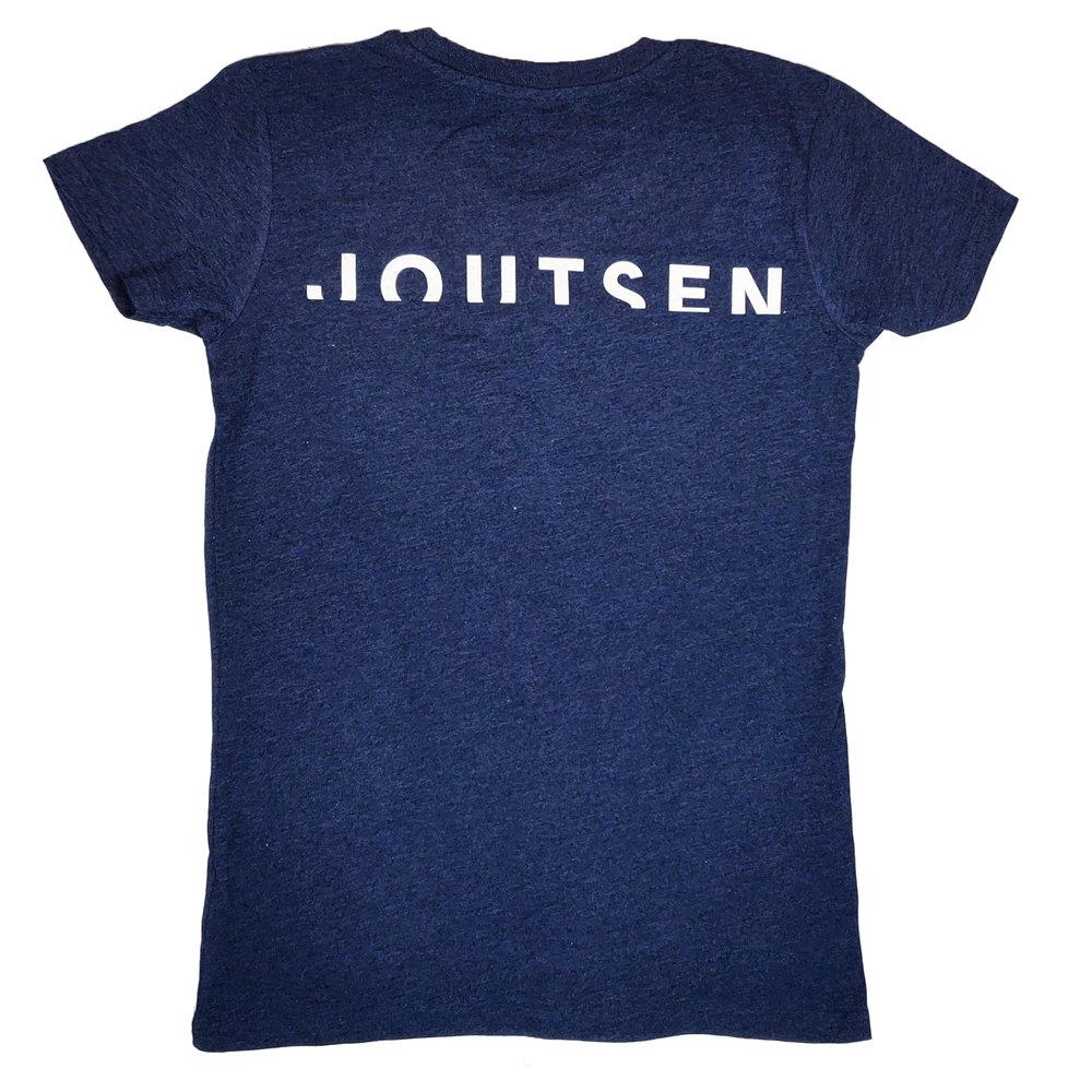 Joutsenen paidoiksi valittiin 100% kierrätysmateriaaleista valmistetut paidat. Paidan väriksi valittiin Melange Navy, joka sopii Joutsenen brändiväreihin. Ekologiset arvot kierrätyspaidoissa ovat tärkeitä Joutsenen brändille.  Naisten T-paidan painatus toteutettiin perinteisellä silkkipainolla. Paidan taakse toteutettiin Joutsen tekstilogo.