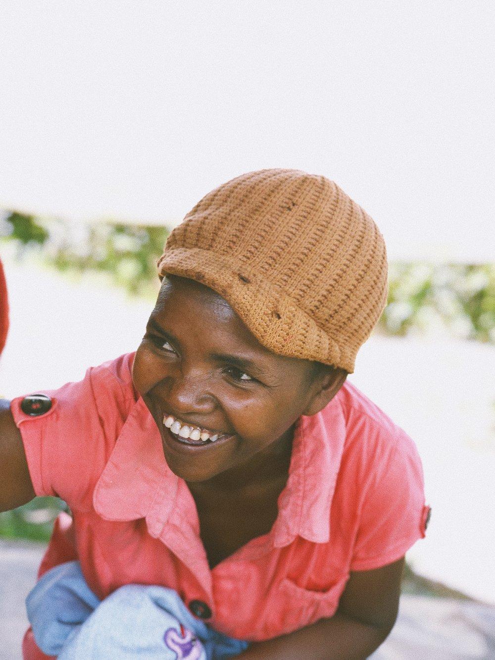 Natalie - Mon rêve est de continuer à pourvoir aux besoins de mes enfants pour qu'ils puissent aller au bout de leurs études.La broderie m'aide à avoir un revenu stable qui me permet de prendre soin de ma famille. Personnellement elle m'apporte de la joie et de la satisfaction lorsque mes créations plaisent à mes clients.