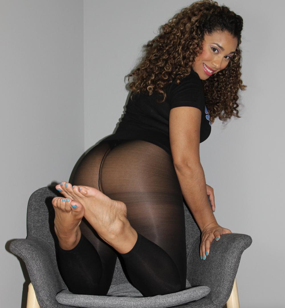 Goddess GiGi Cheeks and Meaty Feet.png