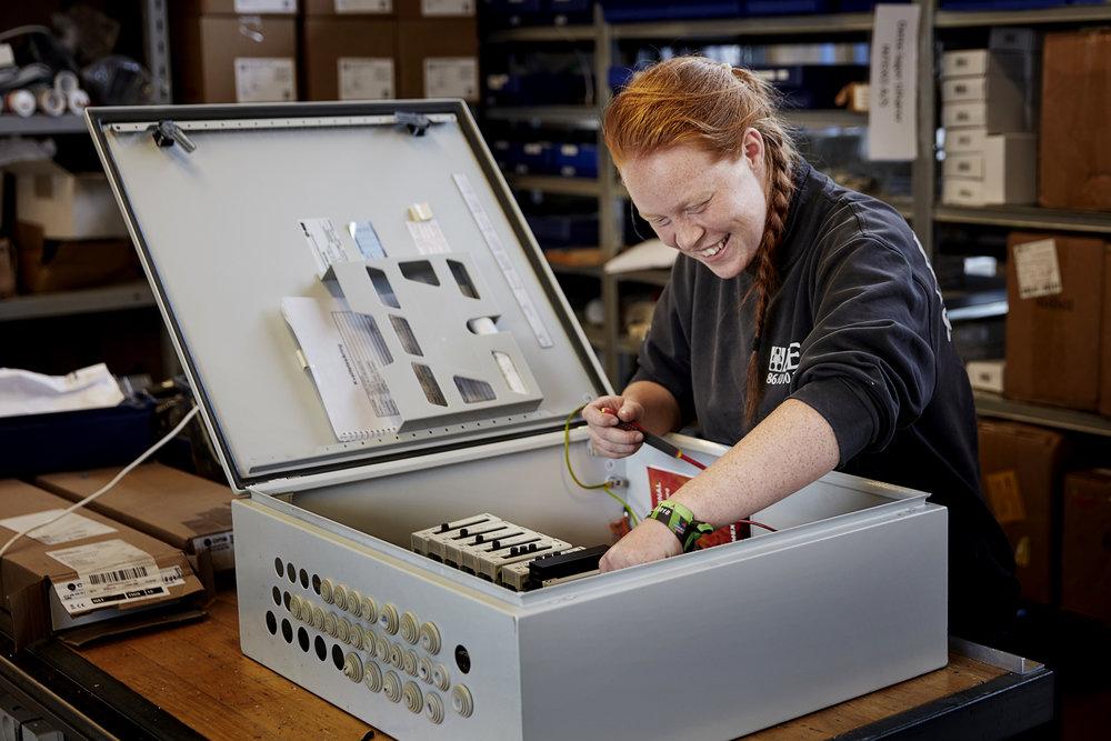 Katja Vous Eriksen, mens hun stadig arbejdede som elektrikersvend. Siden august 2018 har hun været elev på maskinmesterskolen i Frederikshavn. Foto: Kaare Viemose