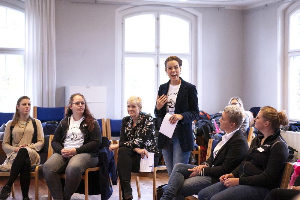 Nina Groes byder, sammen med ligestillingsminister Eva Kjer Hansen, velkommen til Boss Ladies Camp.