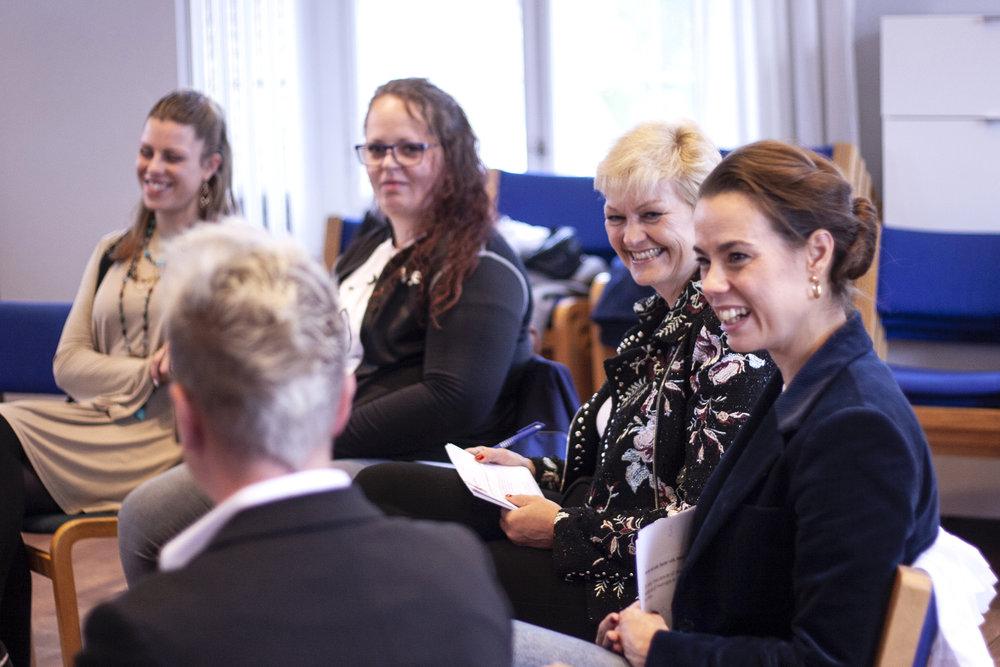 I samtale mellem ambassadørerne og ligestillingsministeren deles erfaringer som kvindelig håndværker.