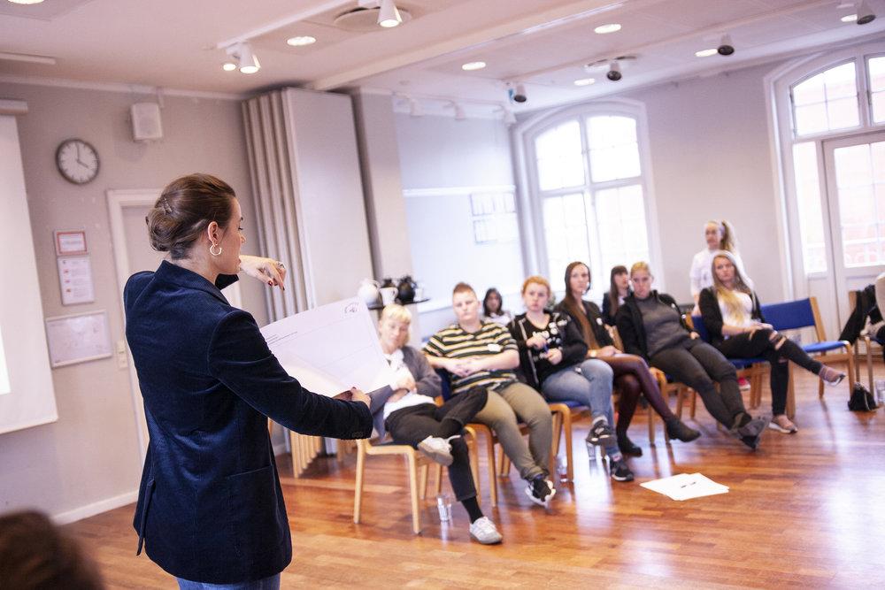 Som en del af campen blev der undervist og afholdt workshops. Nina Groes introducerer øvelsen 'tidslinje', om hvordan man som ambassadør kan fortælle om sin vej ind i håndværkerfaget.