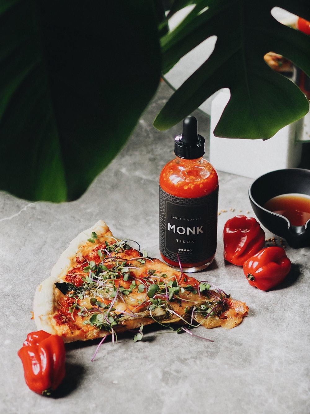 Sauce piquante Tison de Monk avec pizza maison.