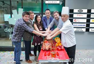 (From left to right) Joshua Chu, Director it Red Sauce Hospitality, Liam Collette, Managing Director of International at Pizza Express, Steph Kudus, founder of Pololi Limited, Brian Lo, General Manager of Deliveroo Hong Kong & Hong Kong Federation of Restaurants & Related Trades Limited director, Uwe Opocensky, Group Executive Chef of Beef and Liberty, Chef Kwok of Crystal Jade