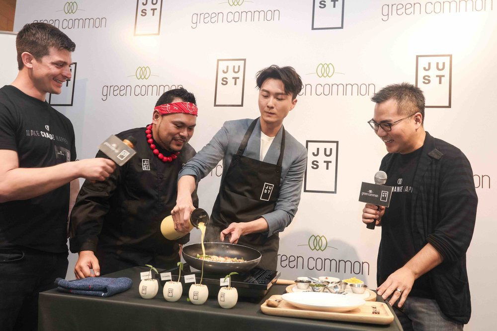 Hong Kong-based actor Vincent Wong demonstrates how it can be prepared at the launch. Photos courtesy of JUST, Inc.