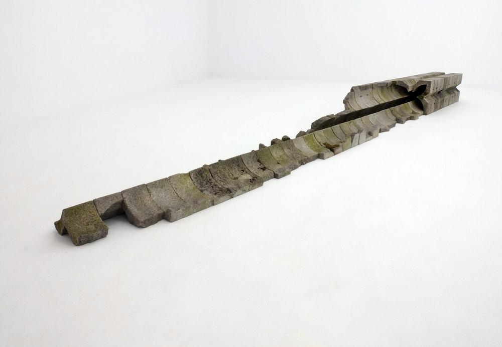 """""""Su aparente fragilidad solo rehusaba la monotonía"""", 2014. Celosías de concreto enteras y fragmentadas encontradas en Queveda, España. Foto cortesía de L21 Gallery"""