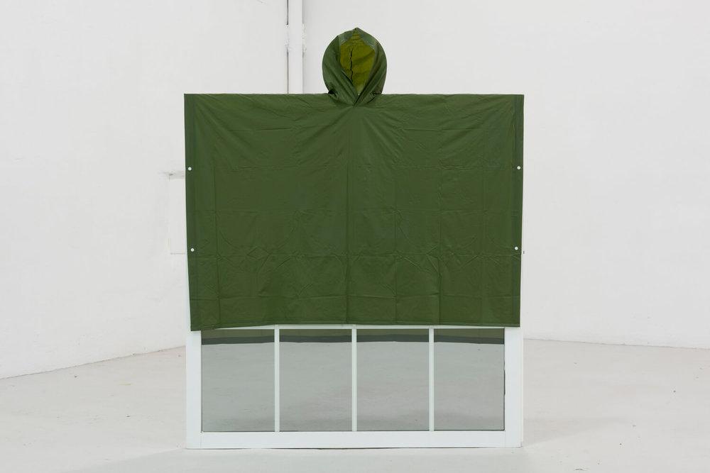 """""""Lo necesario puede ser tan arbitrario como caprichos tengamos"""", 2017. Capa de lluvia sobre ventana. Foto cortesía de L21 Gallery"""