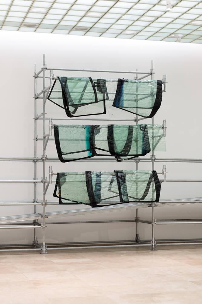 """Ok"", 2018. Parabrisas quebrados sobre estructura de andamios. Foto por Teresa Fischer"