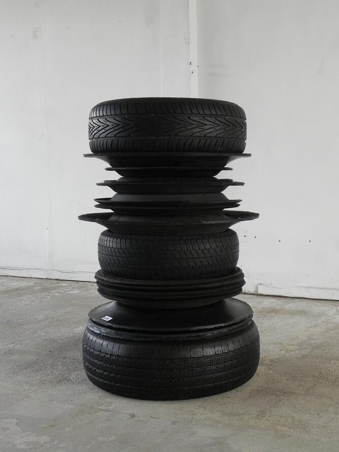 """""""Recluido en giros #1"""", 2014. Neumáticos enteros y recortados encontrados en Santiago, Chile. Foto cortesía de L21 Gallery"""