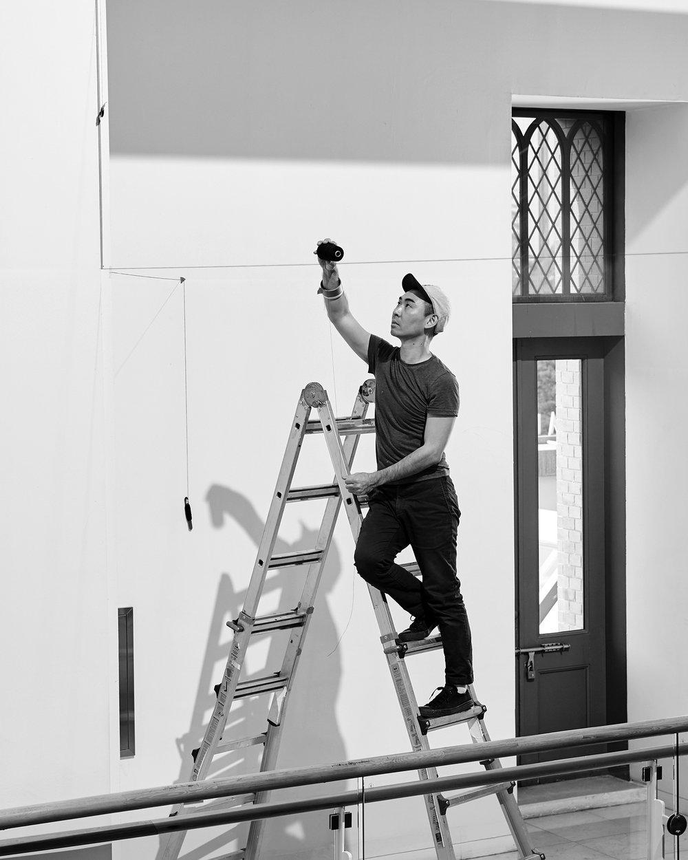 JONG OH - Jong Oh (Mauritania 1981) creció entre España y Corea del Sur. Actualmente vive y trabaja en Nueva York, donde se graduó en MFA en la Escuela de Artes Visuales. La práctica artística de Jong Oh es particular ya que no usa un estudio sino que crea esculturas mínimas in situ. El artista construye estructuras espaciales al suspender e interconectar una selección limitada de materiales: cuerdas, cadenas, hilo de pescar, metacrilato, varillas de madera y metal e hilos pintados. Los elementos de sus obras parecen flotar, sugiriendo dimensiones adicionales un espacio tridimensional simple.Si quieres saber más sobre este artista pulsa aquí.