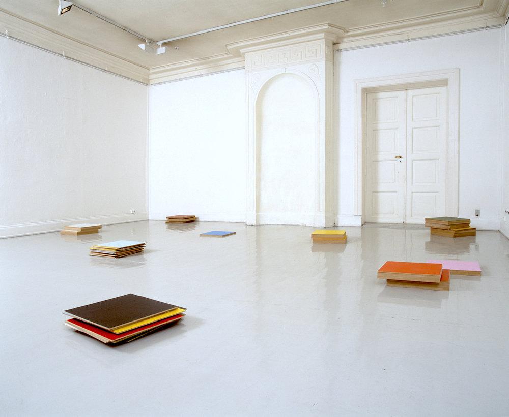 Summa – Summarum – Sammensurium , 2001 Acrylic on MDF, installation, dimensions variable Oslo Kunstforening, 2001 Photo: Finn Arne Johannesen