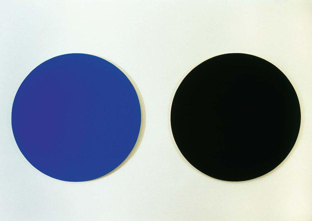 Untitled , 2004 Lacquer on MDF, 30 cm in diameter x 2   Samsvar , Galleri JMS, Oslo, 2004 Photo: Finn Arne Johannesen