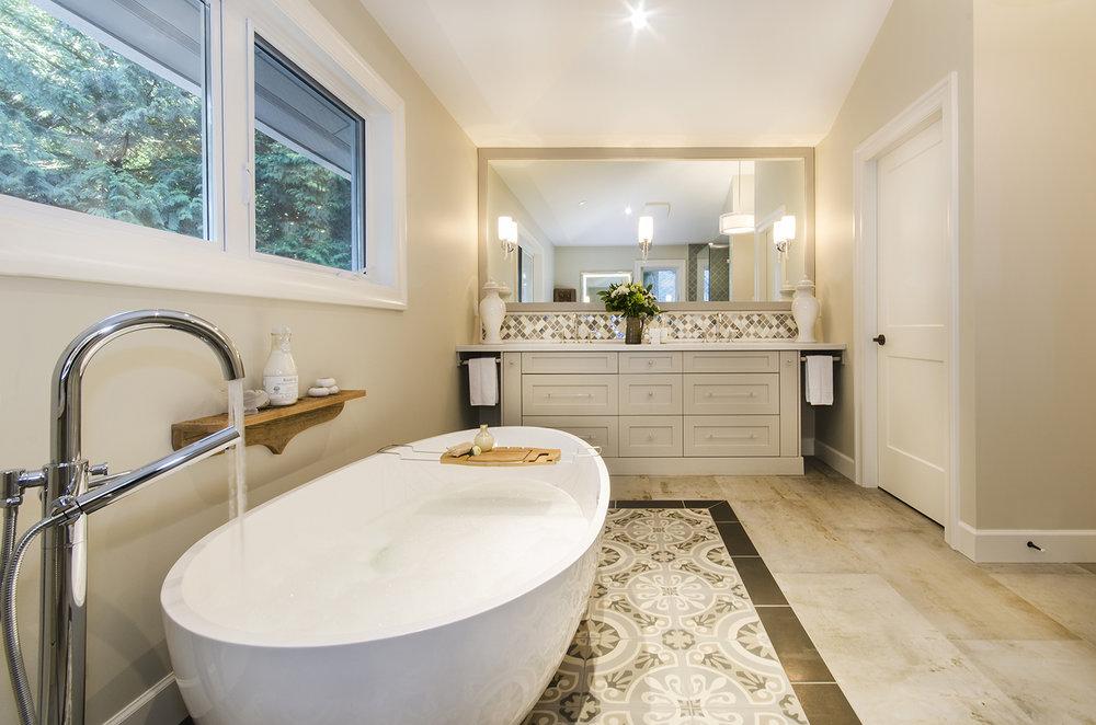 vanity and tub.jpg