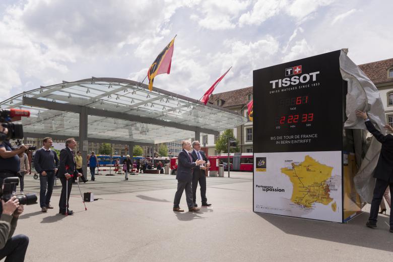 El alcalde de Berna Alexander Tschäppät y el presidente de Tissot inaugurando el reloj de cuenta atrás en la estación de trenes de Berna. (fuente: Tissot SA)