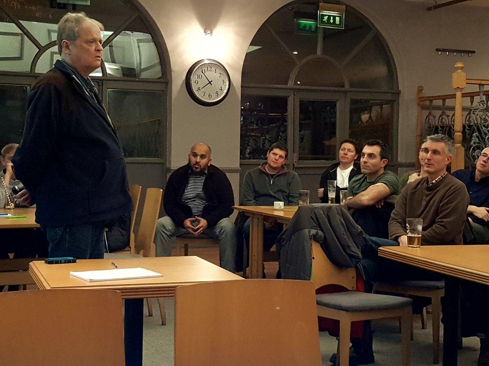 Ledere og trænere fra Ty Celyn FC lytter til Svend Elkjær. Senere på mødet melder fem medlemmer sig til et udvalg, der skal modernisere klubbens kommunikation.  Foto: Henrik H. Brandt