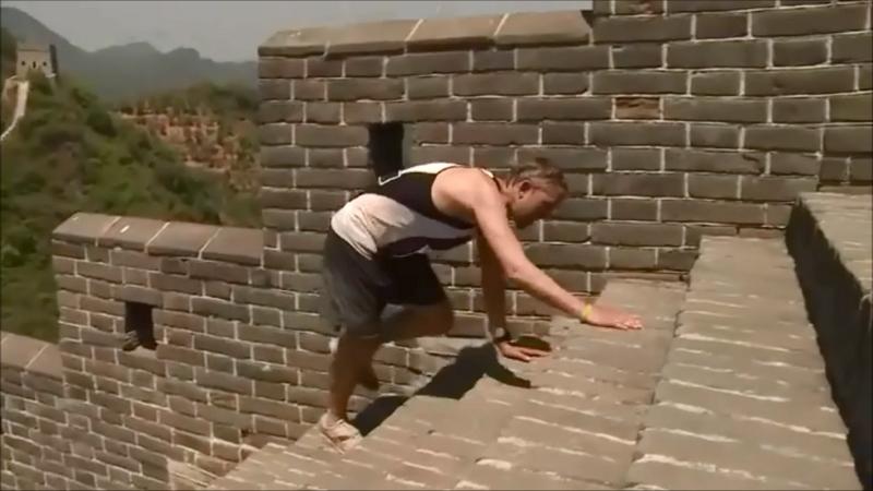 Det er ikke lige elegant det hele. Men det hele indgår i en løbers bagage af erfaringer. Peder Troldborg på vej på sit livs værste marathon på den kinesiske mur.  Illustration fra bogen.