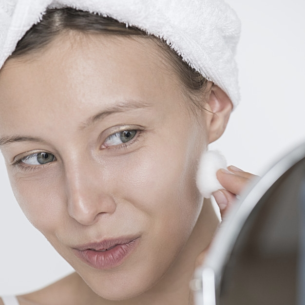 portrait-of-white-woman-doing-her-daily-skincare-routine_53876-20507 copia.jpg