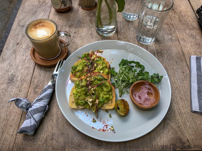 Reggeli a mennyországban. Café latte és avokádós pirítós Ceylon Sliders módra. Fotó © Molnár Szilvia