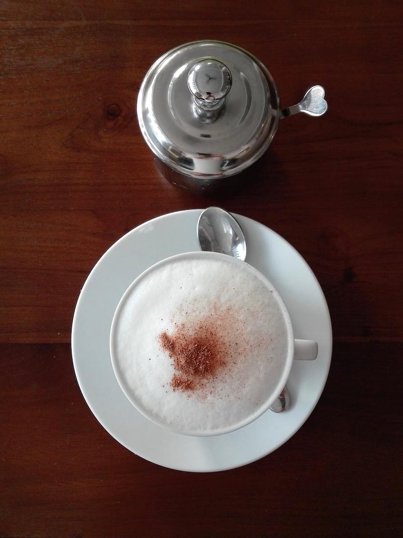 A rendszeres áramszünetek áldozata vagyok. Cappuccino a Kaori Caféban. Fotó © Molnár Szilvia