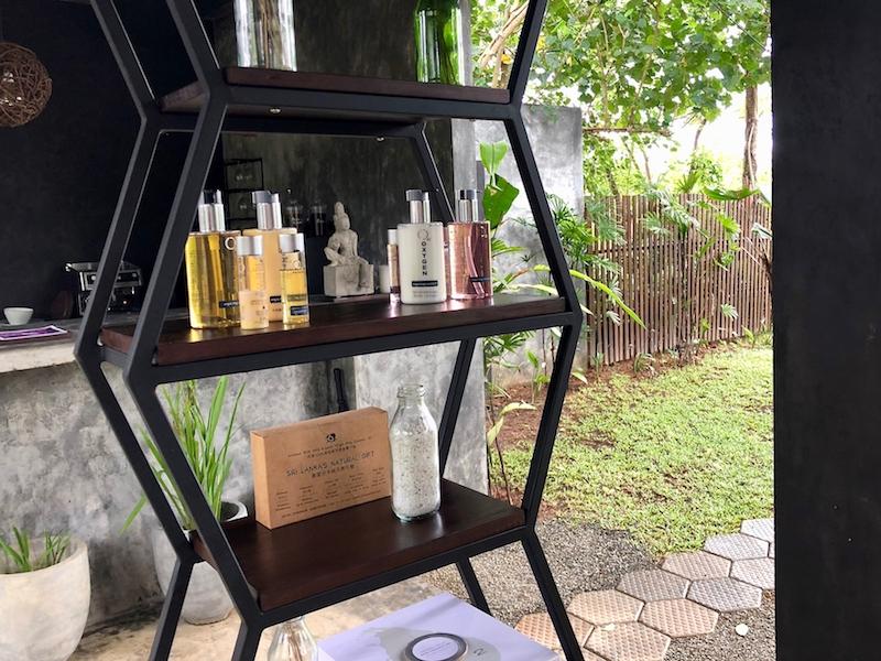 A teán és kávén kívül természetes kozmetikumokat is lehet vásárolni. Good Spa Weligama, 2018. Fotó © Molnár Szilvia