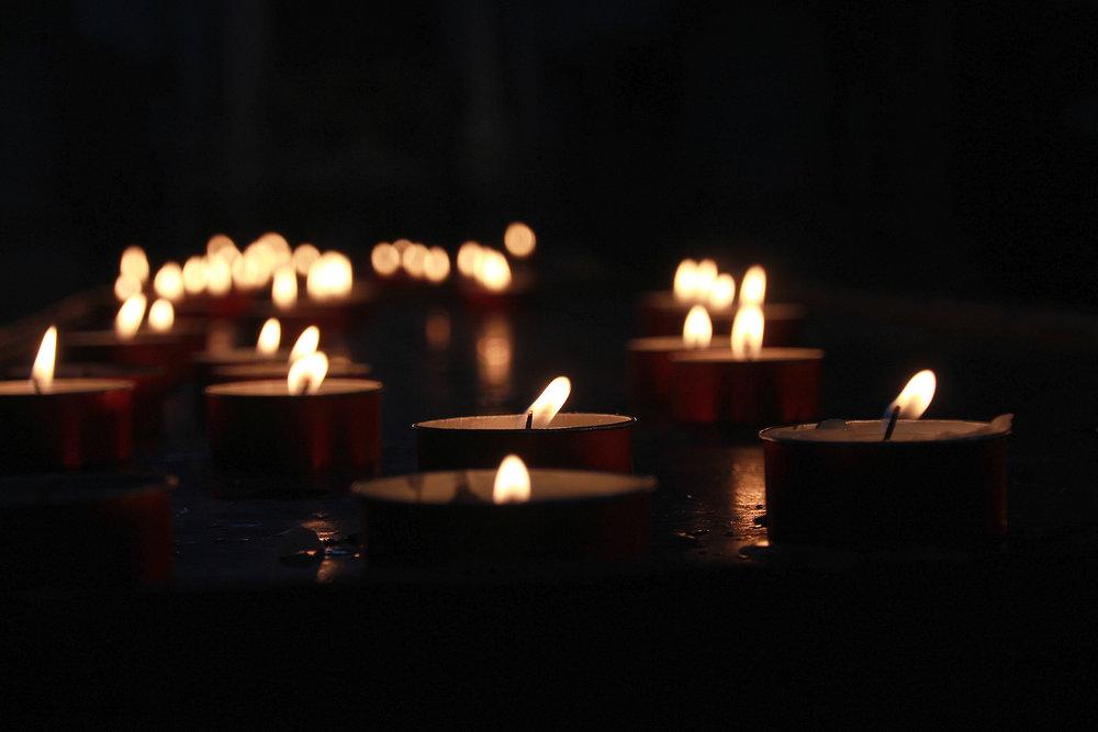 """- Señor Dios nuestro:Tu Hijo, Jesucristo,tuvo que sufrir la humillaciónde ser negado y traicionadopor aquellos a quienes llamaba sus amigos.Pero convirtió su pasión y su muerteen instrumentos de amor y reconciliación.Haznos como él, """"personas-para-los-demás"""",que aceptemos dificultades,incluso incomprensiones y traicionesde nuestros mejores amigos,y que las transformemosen fuentes de vida y alegríapara todos los que nos rodean.Guárdanos siempre fieles a ti y los unos a los otros.por medio de Jesucristo nuestro Señor."""
