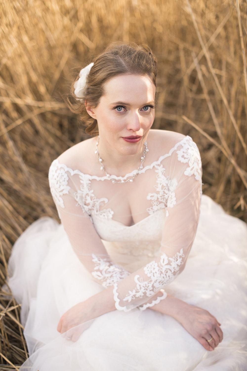 Liebe Eva,  mir ist es ein Anliegen, dir noch einmal von ganzem Herzen zu danken. Du hast wesentlich dazu beigetragen, dass mein Hochzeitstag zum schönsten Tag meines Lebens wurde. Ich habe mich an jenem Tag ausgesprochen wohl und wunderschön gefühlt. Tausend Dank für deine professionelle Hingabe und deine ruhige, entspannte und liebe Art. Schon beim Probetermin habe ich mich ausnehmend wohl und schön gefühlt. Am Tag der Hochzeit hast du dies noch gesteigert. Liebe Eva, ich hoffe, dass wir einander einmal wiedersehen und wünsche dir alles Liebe. Vielen Dank!   Ganz viele herzliche Grüße sendet Juliane