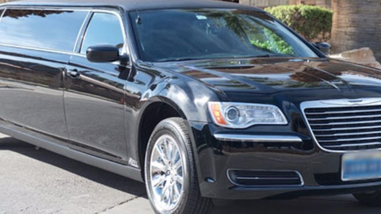Black Limo - Our 6 pax stretch Limo is a great option for smaller groups, couples, families, or business travelers who want the luxury of a classic limousine.