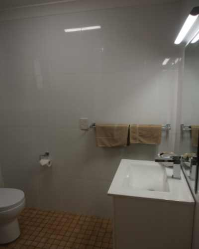 9 Motel - Bathroom (Delux).JPG