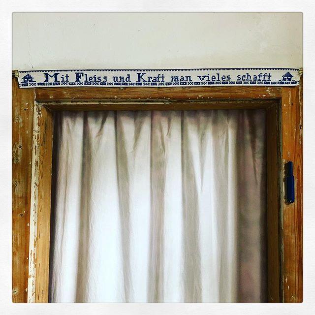 #wasdiegroßmutternochwusste #kreuzstich #homedweethome #vintagelife #blauweiss #embroidery  #crossstitch #curtain #theatreoflife #vorhangauf #türrahmen #lifegoals #spruchdestages