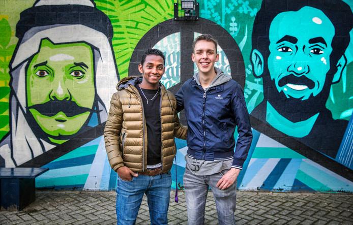 Yhshom Azeze en Niek Veen hebben de afstand tussen Eritrea en Nederland al aardig overbrugd: ,,Soms kwam er vanzelf een gesprek op gang. Bijvoorbeeld toen ik iets over mijn vader vertelde en hij over zijn vader begon.'' Foto: Frank Jansen
