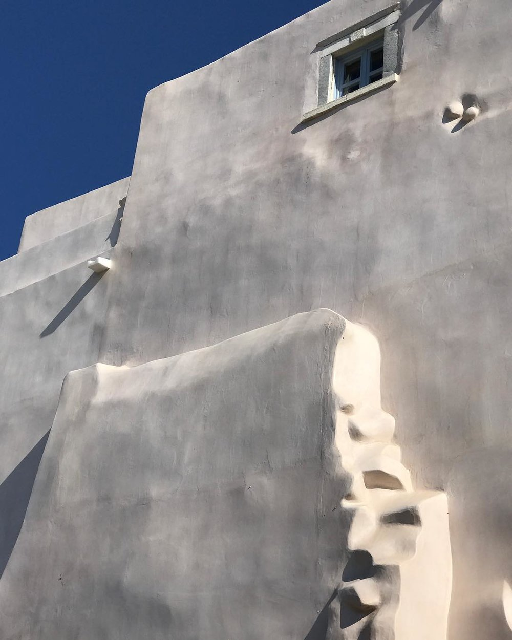 The plasticity of the volumes is very charactericstic in greek island architecture.