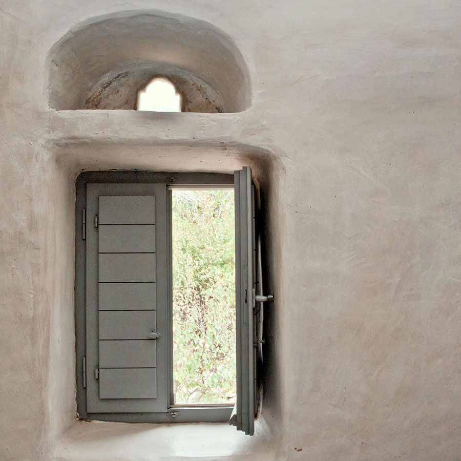 Not only blue, but also yellow, green, gray, pink windows are a feature of greek islands style.