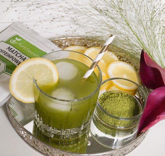 Matcha Eistee  Zutaten für 2 Portionen: -400ml Wasser -1/2 Limette zerdrückt -1/2 Zitrone zerdrückt -Ein paar Pfefferminz Blätter -1 Teelöffel #PureSecrets Matcha Pulver -Eiswürfel -Optional: Ahorn- oder Agavensirup zum süßen Zubereitung:  Das Matcha-Pulver mit Eis und Wasser in einen Shaker geben und kräftig für eine Minute schütteln. Den Mix über die restlichen Zutaten und ein paar Eiswürfel gießen und fertig ist dein perfekter Sommer-Drink ☀️🌱🍹enjoy! #healthy #recipe #matcha #PSfürmich