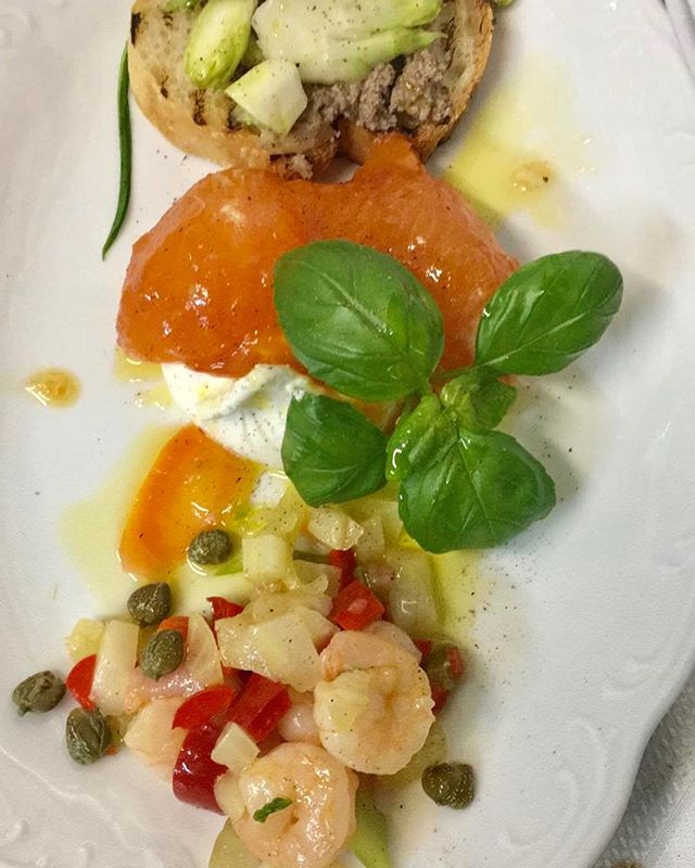 Curious about tonight's menu? 🍴 Antipasti: shrimp salad, rabbit liver with puntarelle, burrata caprese. Primo is gnocchi with salmon and for main course beef tenderloin with mushrooms 🐂 You can always check the daily menu on our website https://www.ca-cucina.dk/menu and order your dinner take-away at 3170 7552. Buon weekend!! 🇮🇹 #italiandinner #takeaway #copenhagen #hellerup #veryitalianfood