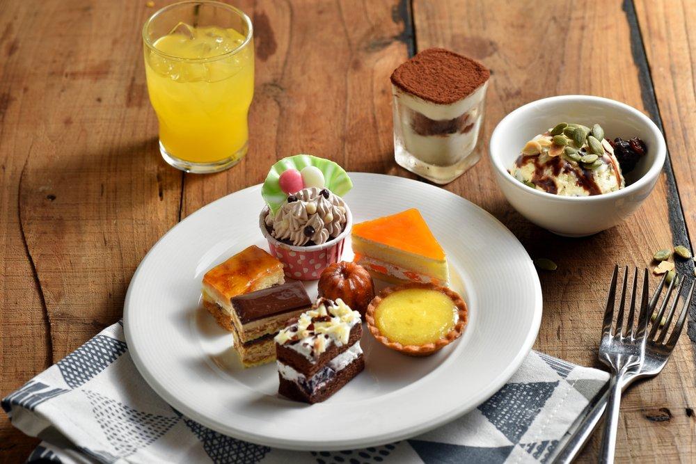 手作精緻糕點 - 我們禮聘知名中式及西式點師傅製作,推陳出新,提供多種手感烘焙的中西糕點。