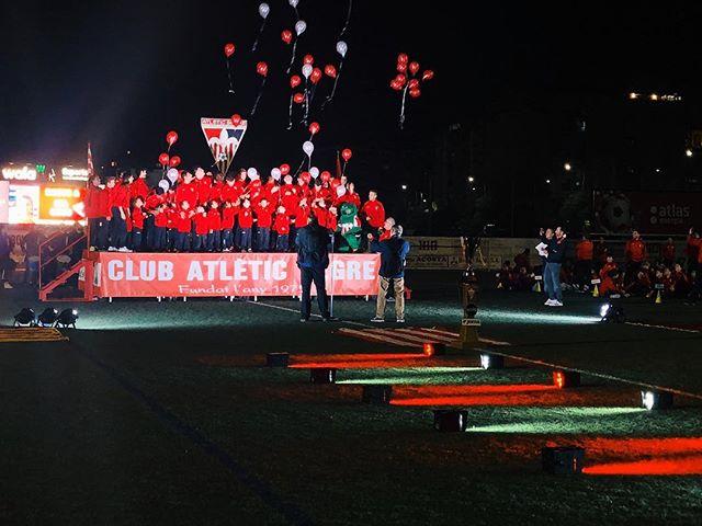 El viernes pasado estuvimos en @at.segre durante la presentación de los equipos de la nueva temporada, equipamos con luces el escenario, además de realizar un pasillo con sus colores corporativos para la entrada de los jugadores al campo.  #atsegre #lleida #elecson #elecsonlleida